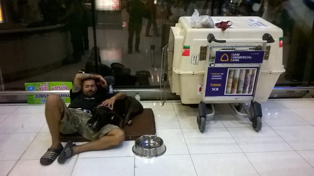 Honza Drobný a Teky na letišti.
